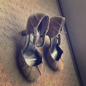 *** round toe suede heels with straps 8 tan